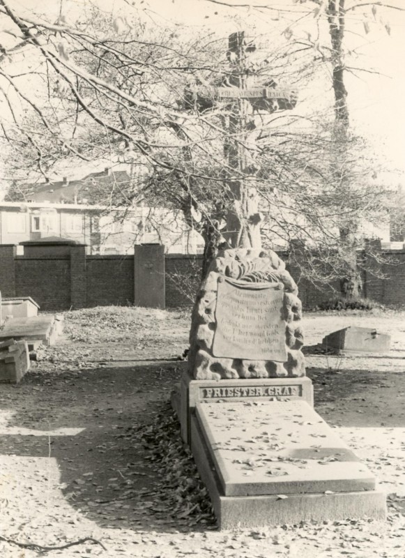Priestergraf in 2006. Achter het monument is de heuvel boven de tweede priesterkelder en de oude grafplaat van de Stenenkruisstraat tegen de oostmuur zichtbaar.